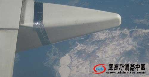 昆明一飞机机翼绑胶带飞行